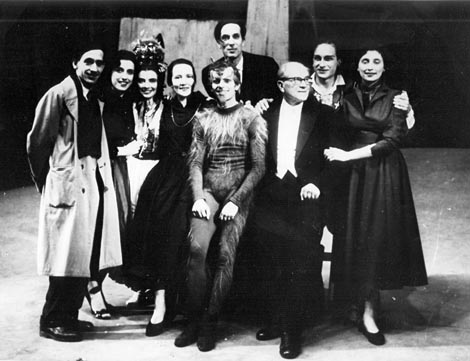 Nakon premijere baleta Đavo u selu 1954. – Aleksandar Augustinčić, Nevenka Biđin, Sonja Kastl, Pia Mlakar, Ivica Sertić, Pino Mlakar, Fran Lhotka, Nenad Lhotka i Inge Kostinčer