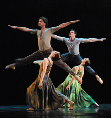 HNK u Zagrebu: Baletna večer, Na floresta, koreograf Nacho Duato, Iva Vitić, Arcadie Belenco, Mihaela Devald, Daniil Yastrebov, foto Saša Novković