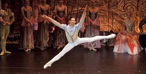 Nariman Bekzhanov kao Princ Siegfried u Labuđem jezeru Petra Iljiča Čajkovskog RUskog carskog baleta