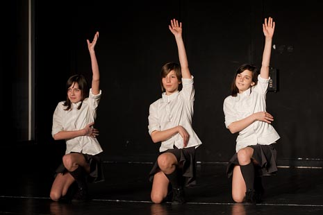 dance_lab collective i ZeKaeM Učilište: Nitko nije nevin, kor. Nataša Mihoci