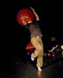 Plesni centar PULS i Centar mladih Ribnjak, Zagreb: Refrakcije, plesni performans, autori Ana-Maria Bogdanović i Bruno Isaković