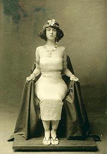 Ruth St Denis u kostimu nadahnutom reklamom za cigarete Egyptian Deities i božicom Izidom