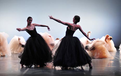 Mihaela Devald, Milka Hribar Bartolović i ansambl; Balet HNK u Zagrebu, Tišina mog šuma, kor. i red. Leo Mujić, foto: © Novković