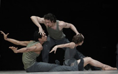 Theater Augsburg: Leo Mujic, Traumgekrönt; Abel Cruz dos Santos, Armando Gonzales Besa, Christine Ceconello, foto: Nik Schölzel
