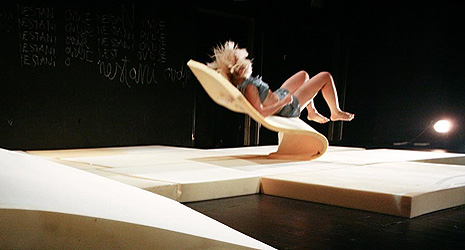 VRUM i dance_lab collective: Vanishing acts, kor. koreografkinja Petra Hrašćanec Herceg; izvodi Sanja Tropp Frühwald