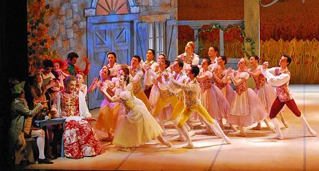 Balet HNK u Zagrebu: Ferdinand Hérold – Ludwig Hertel, Vragolasta djevojka, kor. i red. Vladimir Derevianko, foto: © Ines Novković, na fotografiji Viorel Dascalu, Svebor Sečak (Udovica Simone) i baletni ansambl